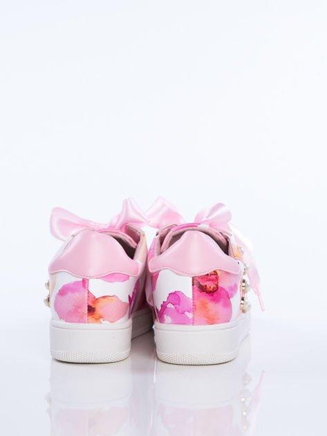 Różowe skórzane trampki z ozdobnymi perełkami i kwiatowym motywem na boku cholewki                                  zdj.                                  3