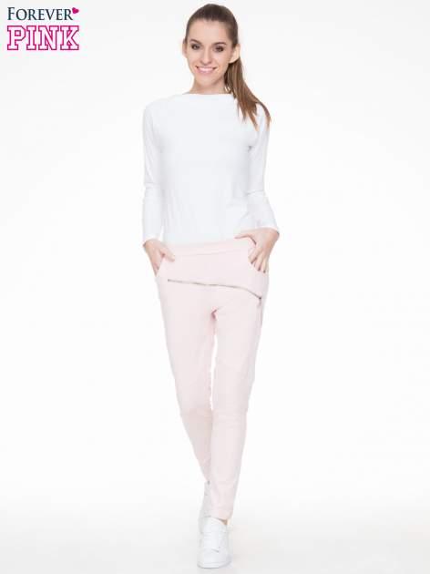 Różowe spodnie dresowe typu baggy z suwakiem                                  zdj.                                  2