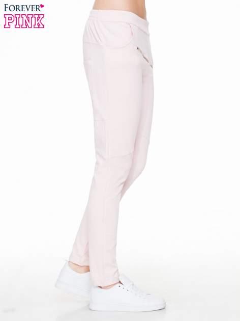 Różowe spodnie dresowe typu baggy z suwakiem                                  zdj.                                  3
