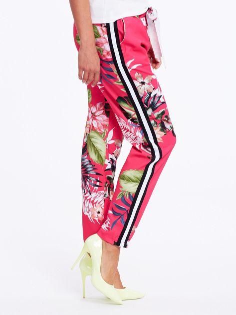 Różowe spodnie w kwiaty z lampasami                              zdj.                              1