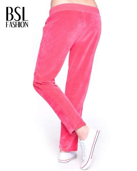 Różowe welurowe spodnie dresowe                                   zdj.                                  2