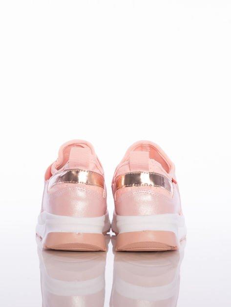 Różowe wsuwane buty sportowe Rue Paris z ażurową cholewką i opalizującymi wstawkami                                  zdj.                                  3