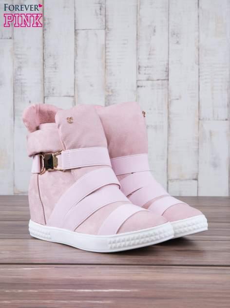 Różowe zamszowe sneakersy bandage z klamerką                                  zdj.                                  3