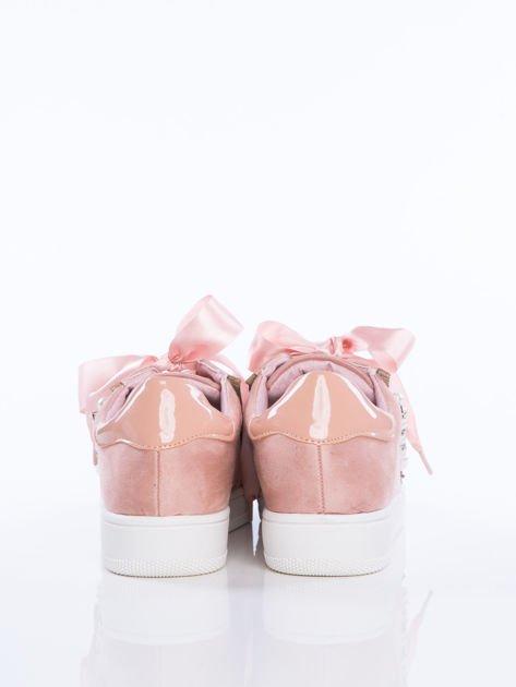 Różowe zamszowe trampki z ozdobnymi satynowymi tasiemkami i perełkami na cholewce                                  zdj.                                  2