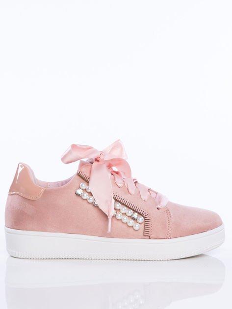 Różowe zamszowe trampki z ozdobnymi satynowymi tasiemkami i perełkami na cholewce                                  zdj.                                  1