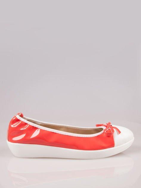 Różowoczerwone lakierowane baleriny Natty z białym noskiem na grubej podeszwie                                  zdj.                                  1