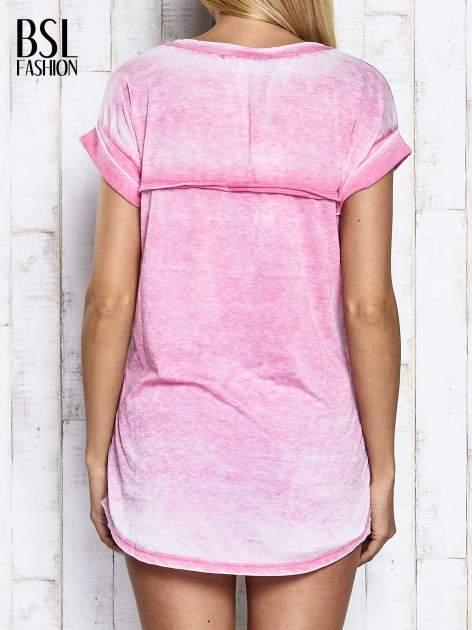 Różowy asymetryczny t-shirt z trójkątnym dekoltem                                  zdj.                                  5