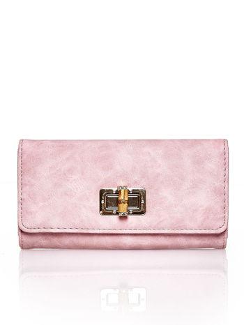 Różowy fakturowany portfel ze stylizowanym zapięciem