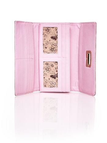 Różowy fakturowany portfel ze stylizowanym zapięciem                                   zdj.                                  4