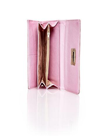 Różowy fakturowany portfel ze stylizowanym zapięciem                                   zdj.                                  5