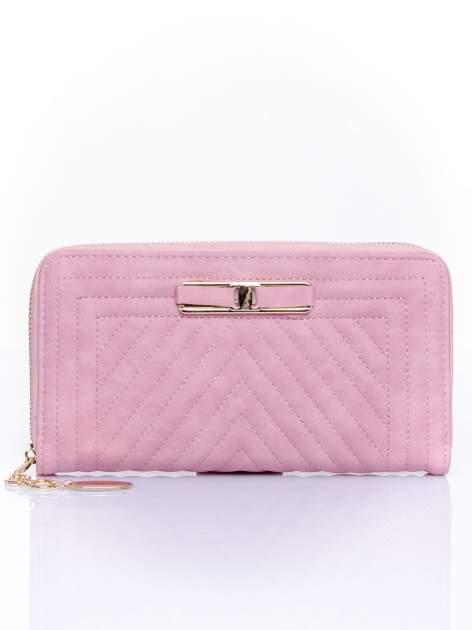 Różowy pikowany portfel z ozdobną klamerką
