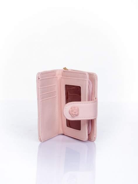 Różowy pikowany portfel z ozdobnym zapięciem                                  zdj.                                  5