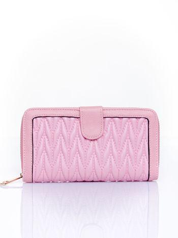 Różowy pikowany portfel ze złotym suwakiem