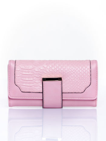 Różowy portfel z motywem skóry aligatora