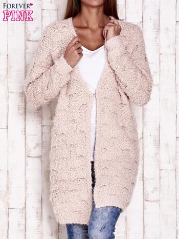 Różowy puchaty sweter z otwartym dekoltem                                  zdj.                                  1
