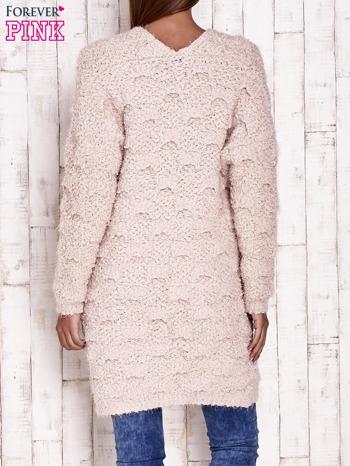 Różowy puchaty sweter z otwartym dekoltem                                  zdj.                                  4