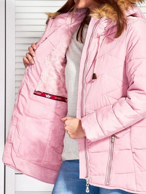 Różowy puchowy krótki płaszcz z pikowzaniem                              zdj.                              7