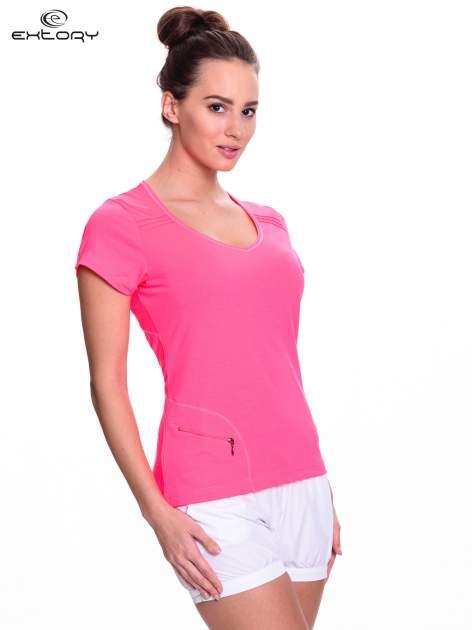 Różowy t-shirt sportowy z kieszonką na suwak PLUS SIZE                                  zdj.                                  3