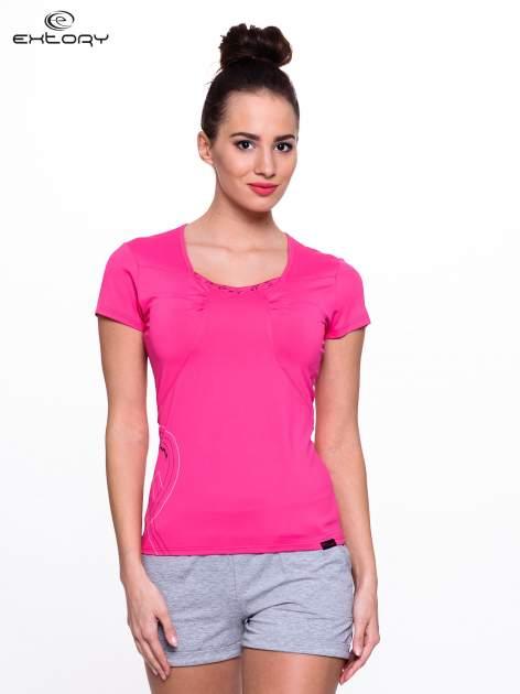 Różowy t-shirt sportowy z marszczeniem przy biuście                                  zdj.                                  1