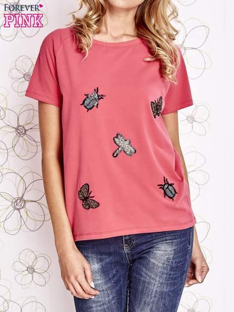 Różowy t-shirt z aplikacją owadów
