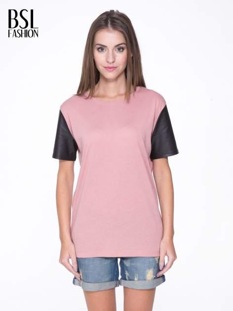 Różowy t-shirt z czarnymi skórzanymi rękawami