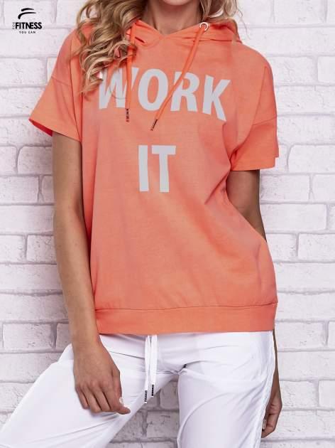Różowy t-shirt z kapturem i napisem WORK IT                                  zdj.                                  1