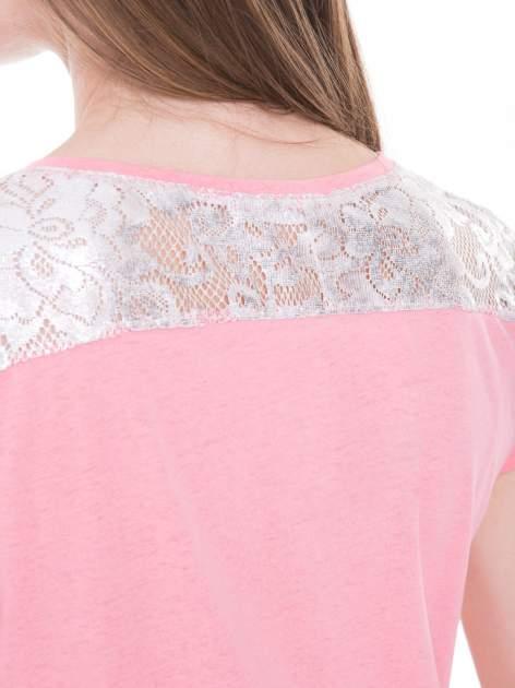 Różowy t-shirt z metalicznym nadrukiem HARD i koronkową wstawką z tyłu                                  zdj.                                  11