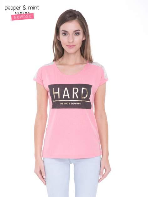 Różowy t-shirt z metalicznym nadrukiem HARD i koronkową wstawką z tyłu