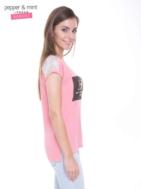 Różowy t-shirt z metalicznym nadrukiem HARD i koronkową wstawką z tyłu                                  zdj.                                  3