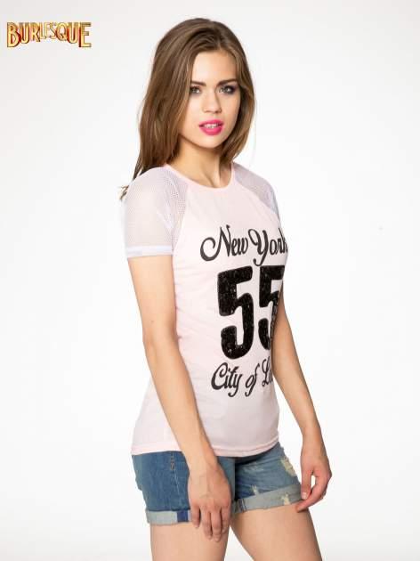 Różowy t-shirt z nadrukiem NEW YORK 55 i siatkowymi rękawami                                  zdj.                                  3