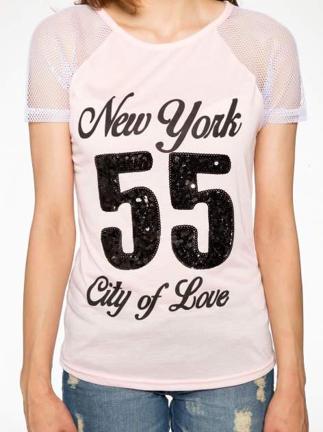 Różowy t-shirt z nadrukiem NEW YORK 55 i siatkowymi rękawami                                  zdj.                                  7