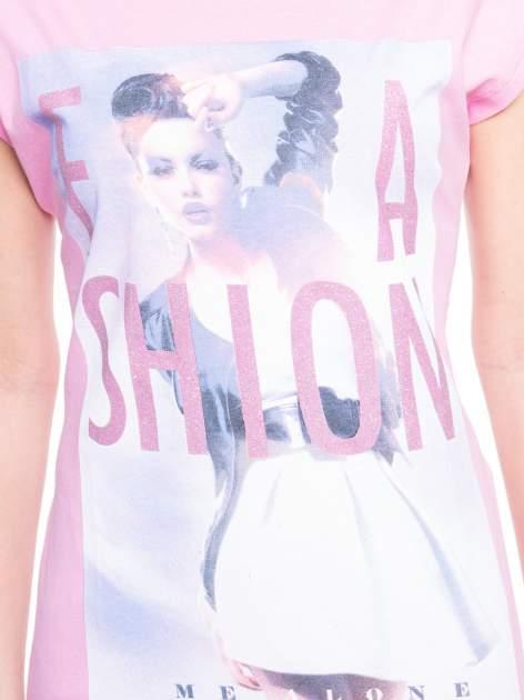 Różowy t-shirt z nadrukiem fashion                                  zdj.                                  4