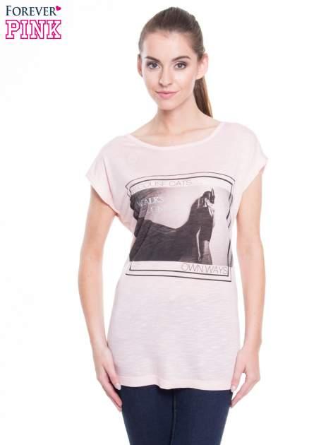 Różowy t-shirt z nadrukiem kobiety-kota