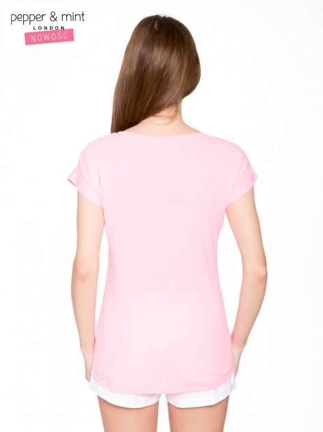 Różowy t-shirt z nadrukiem twarzy i napisem WHOM?                                  zdj.                                  4