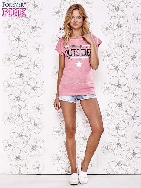 Różowy t-shirt z napisem OUTSIDER                                  zdj.                                  2