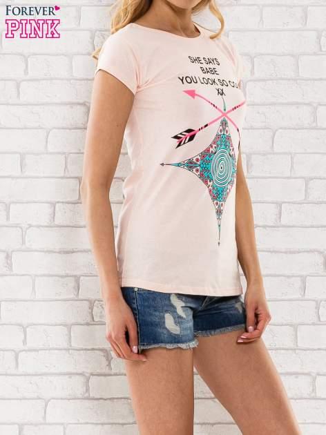 Różowy t-shirt z napisem SHE SAYS BABE YOU LOOK SO COOL XX                                  zdj.                                  3