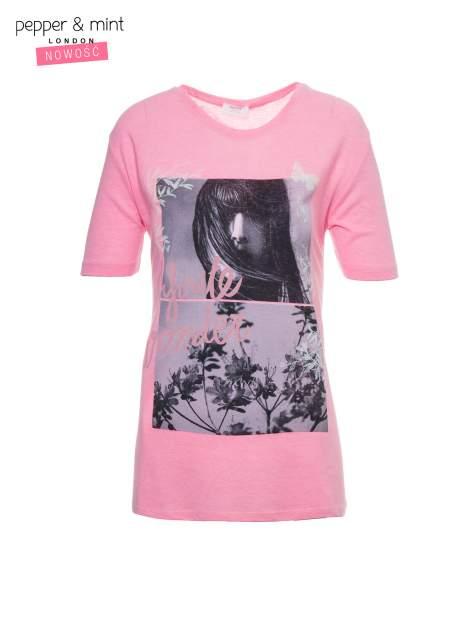 Różowy t-shirt z romantycznym nadrukiem dziewczyny                              zdj.                              2
