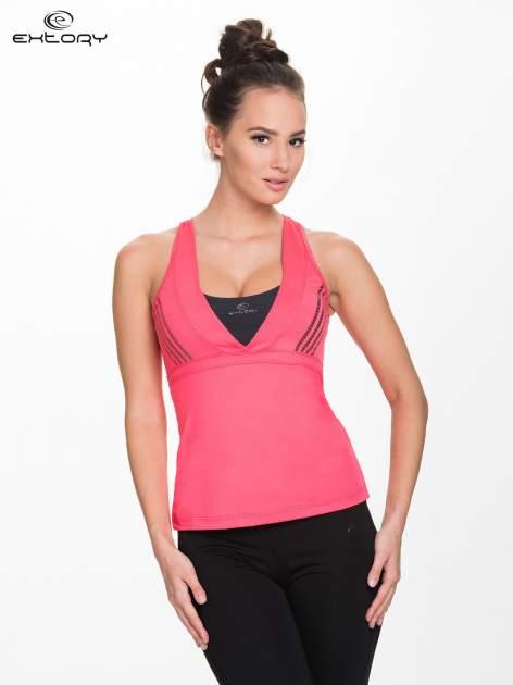Różowy top sportowy z krzyżowanymi ramiączkami na plecach