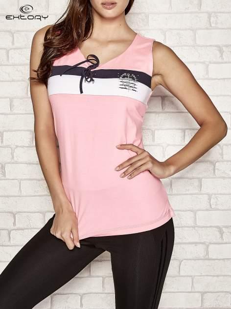 Różowy top sportowy z wiązaniem w stylu marynarskim