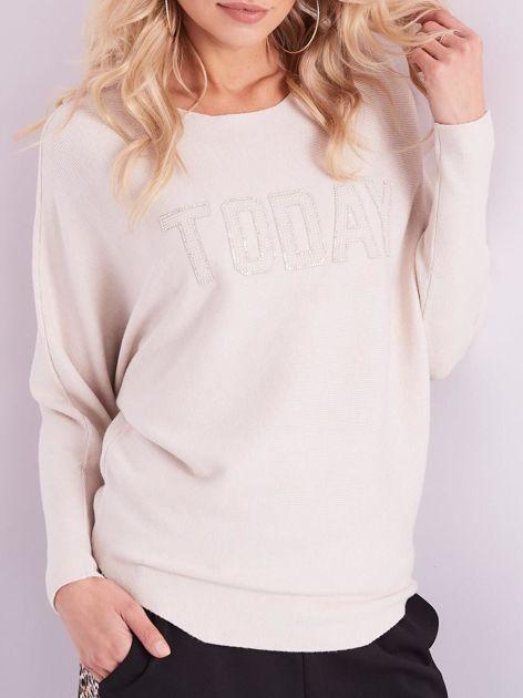 SCANDEZZA Beżowy sweter oversize z błyszczącym napisem                              zdj.                              2