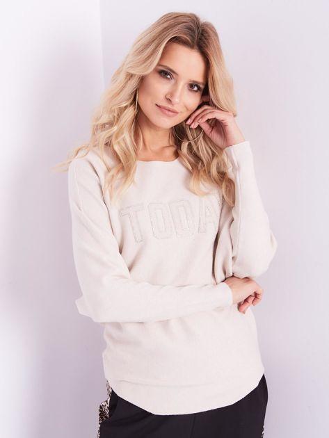 Beżowy sweter oversize z błyszczącym napisem                              zdj.                              4
