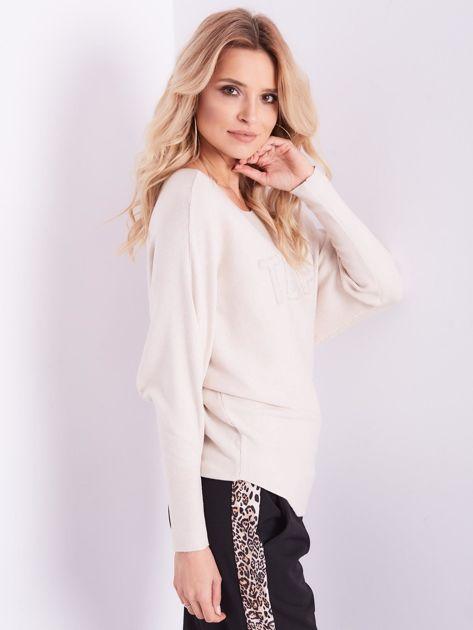 Beżowy sweter oversize z błyszczącym napisem                              zdj.                              9