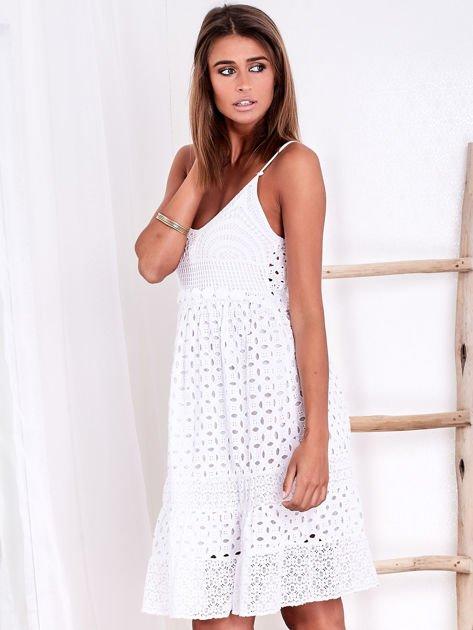 Biała sukienka damska z ażurowanym dołem                              zdj.                              4