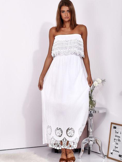 Biała sukienka maxi bez ramion z koronkową falbaną                              zdj.                              4