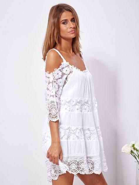 SCANDEZZA Biała trapezowa sukienka koronkowa mini                              zdj.                              3