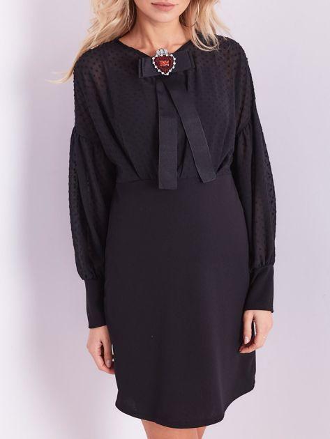 Czarna sukienka z ozdobną broszką                              zdj.                              2