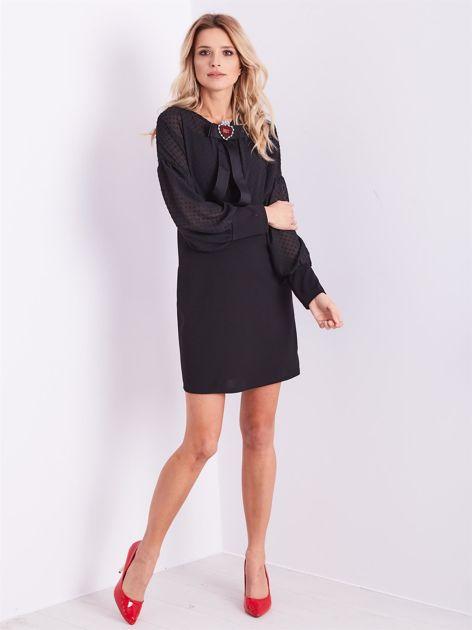 Czarna sukienka z ozdobną broszką                              zdj.                              12