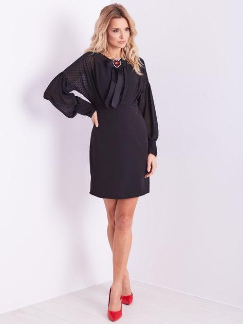 Czarna sukienka z ozdobną broszką                              zdj.                              1