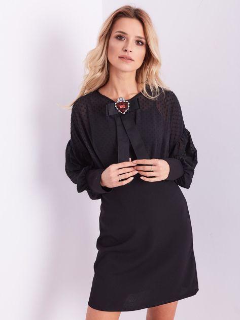 Czarna sukienka z ozdobną broszką                              zdj.                              3