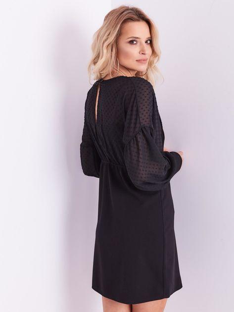 Czarna sukienka z ozdobną broszką                              zdj.                              5